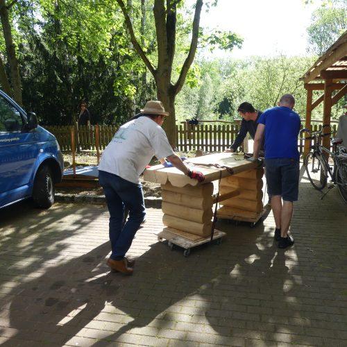 Das Aufstellen der Bänke